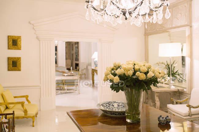 Vestíbulo de luxo da casa dentro de casa — Fotografia de Stock