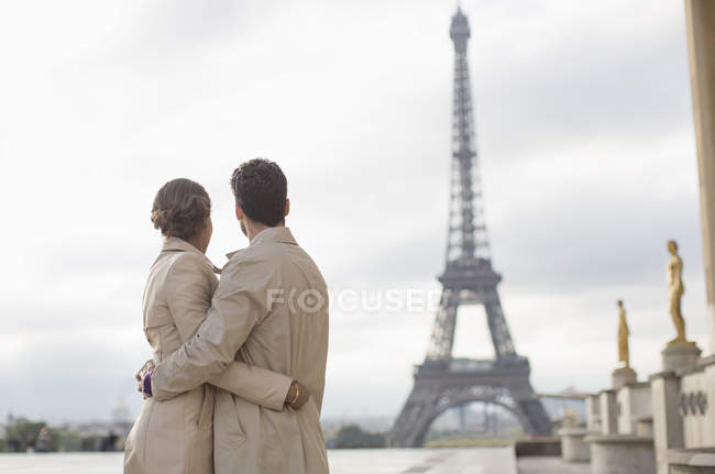 Couple admiring Eiffel Tower, Paris, France — Stock Photo