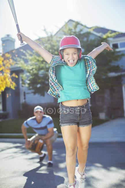 Ritratto di ragazza tifo giocare a baseball in strada — Foto stock
