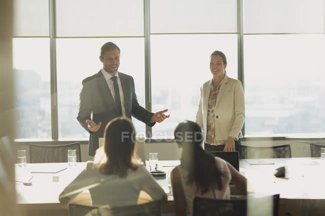Uomo d'affari che parla in sala conferenze — Foto stock