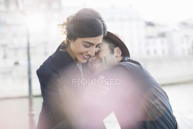 Casal abraçando ao longo do Rio Sena, Paris, França — Fotografia de Stock