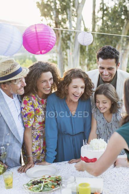 Feliz aniversário celebrando família moderno com a família — Fotografia de Stock