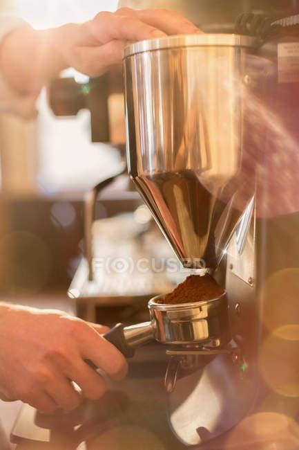 Bild von Barista Espresso Maschine Schleifer mit abgeschnitten — Stockfoto