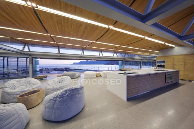 Bean bags Stühle im modernen Luxus-Hotel-Raum mit Meerblick — Stockfoto