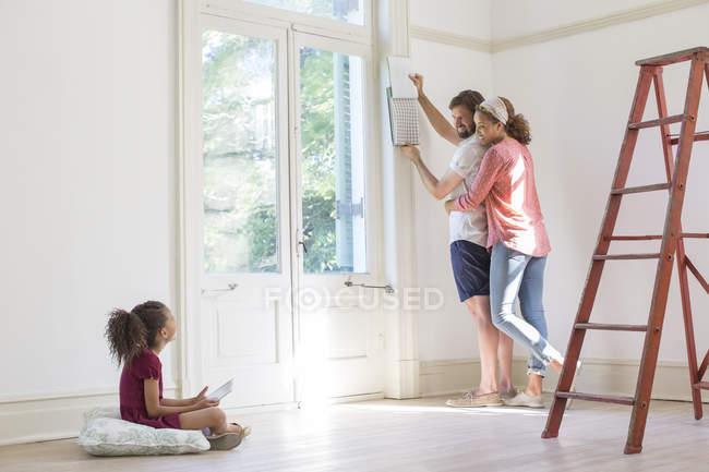 Сім'ї фіксації новий будинок разом — стокове фото