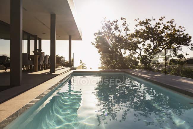 Отражение дерева в бассейне рядом с витриной роскошного дома — стоковое фото