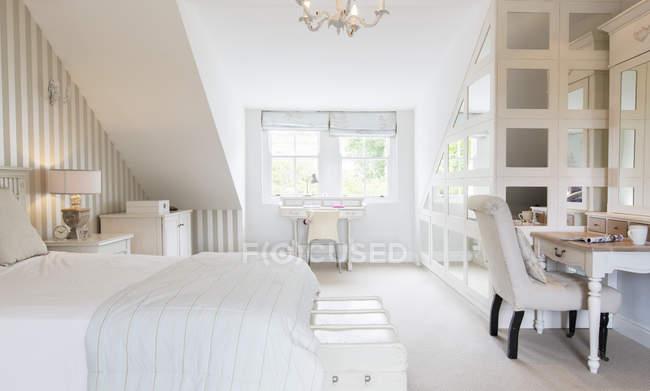 Camera da letto femminile al chiuso durante il giorno — Foto stock