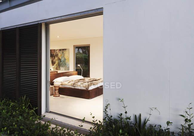 Porta scorrevole aperta alla camera da letto moderna — Foto stock