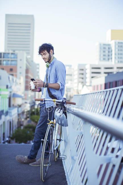 Mann mit Handy auf Stadtstraße — Stockfoto
