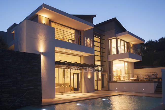Casa moderna iluminada à noite — Fotografia de Stock