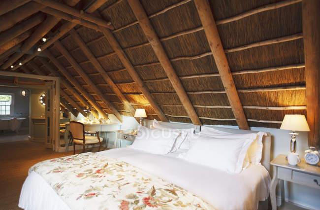 Luxus Schlafzimmer Dachgeschoss unter Holzdach — Stockfoto