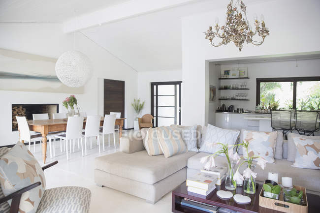 Sofá e mesa de jantar na moderna sala de estar — Fotografia de Stock