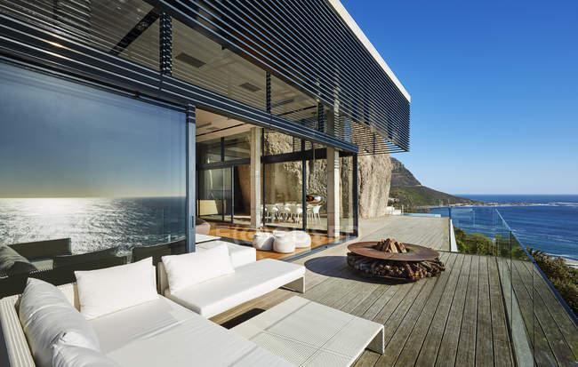 Modernes Luxushaus mit Terrasse — Stockfoto