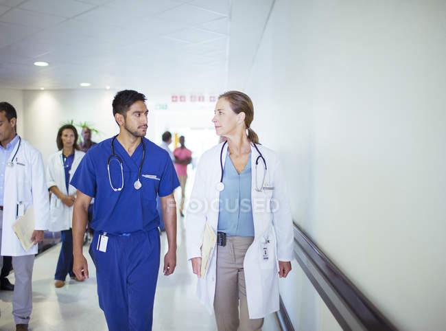 Arzt und Krankenschwester reden im Krankenhausflur — Stockfoto