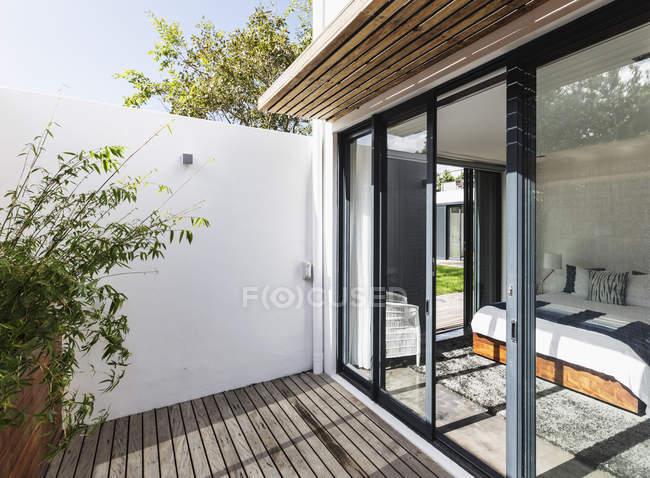 Soleado, moderno patio escaparate casa y dormitorio - foto de stock
