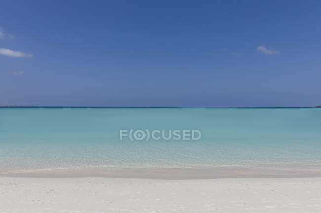 Seascape view blue tropical ocean under sunny blue sky — Stock Photo