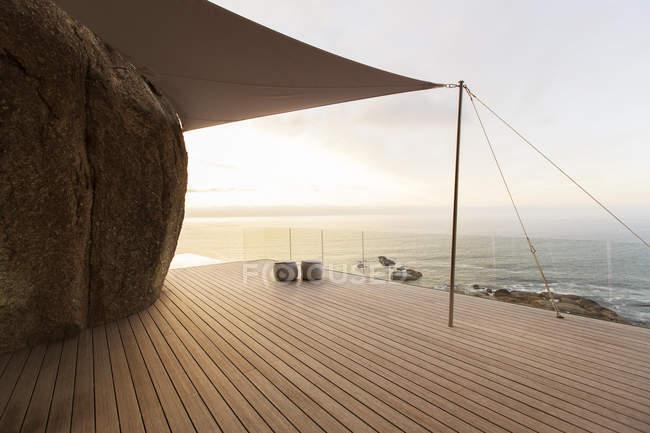 Com vista para mar varanda moderna — Fotografia de Stock