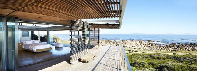 Luxus Nach Hause Schaufenster Schlafzimmer öffnen, Balkon Mit Meerblick U2014  Stockfoto