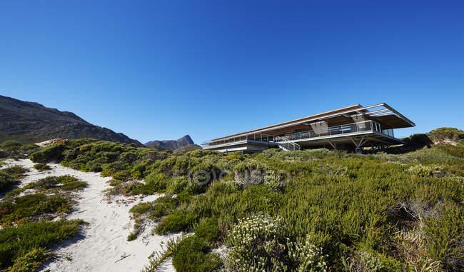 Moderne Luxus nach Hause Schaufenster außen unter sonnigen blauen Himmel — Stockfoto