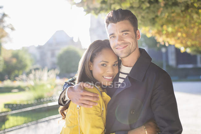 Пара обіймів у міському парку — стокове фото