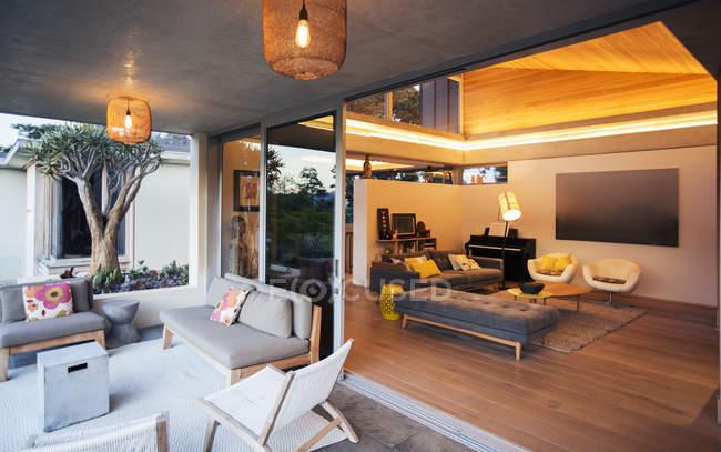 Освещенная гостиная открыта для патио — стоковое фото