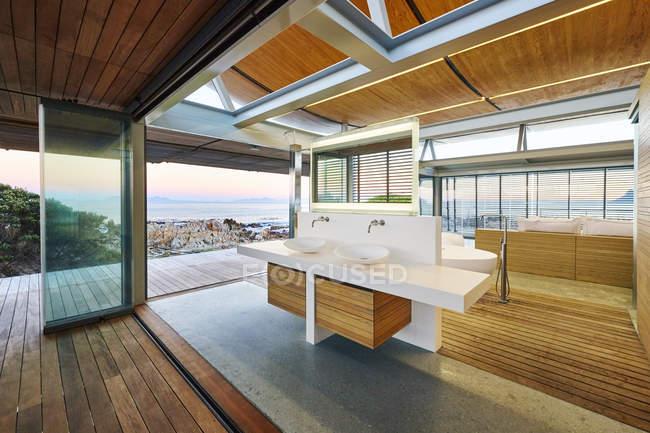 Moderne Luxus nach Hause Schaufenster Bad mit Meerblick — Stockfoto