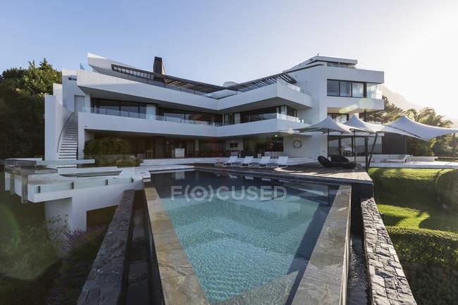 Moderne Luxus nach Hause Schaufenster Exterieur mit Swimming pool — Stockfoto