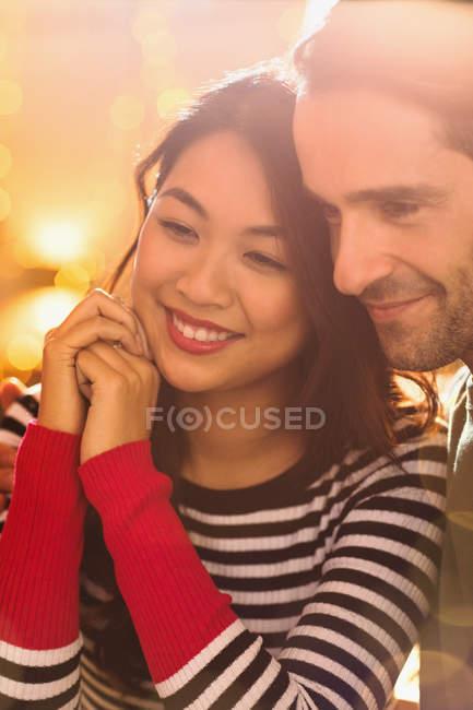 Fechar sorrindo, casal afetuoso olhando para longe — Fotografia de Stock