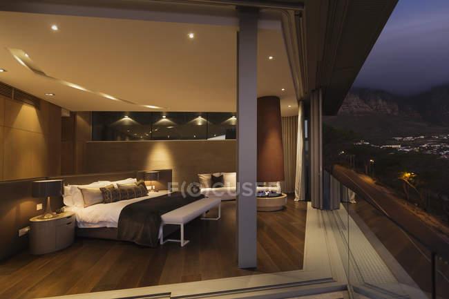 Beleuchtete moderne home Schaufenster Schlafzimmer — Stockfoto