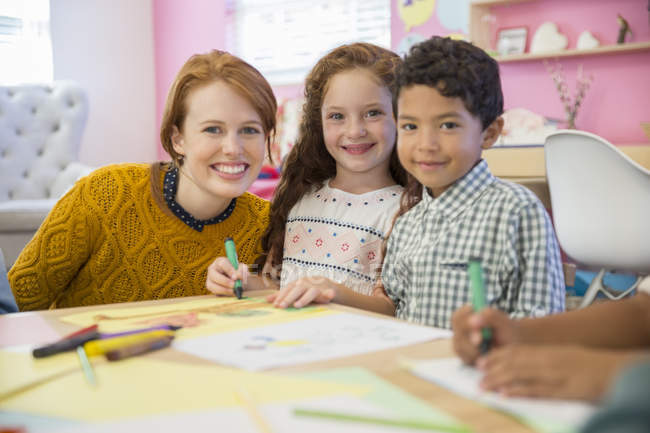 Allievi ed insegnante sorridente in aula — Foto stock