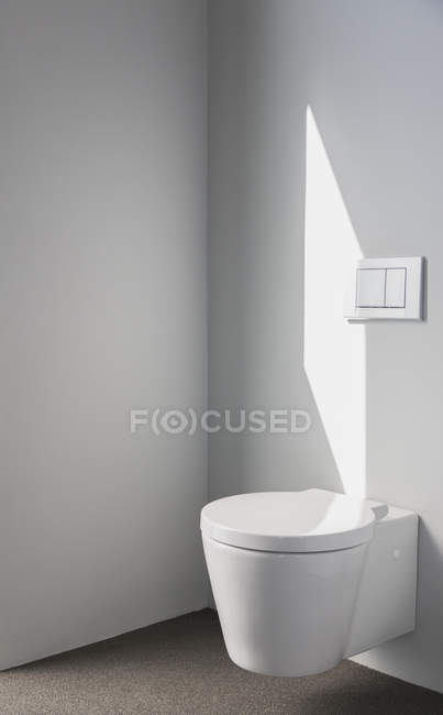 Sunlight on wall above modern toilet in bathroom — Stock Photo