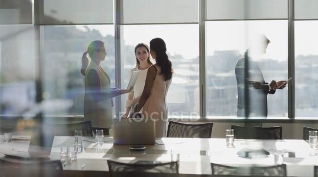 Деловая, говорить в обслуживание совещания Конференции — стоковое фото