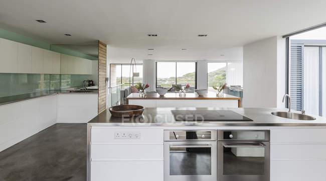 Moderno, minimalista casa escaparate cocina interior - foto de stock