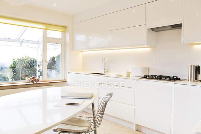 Modern white kitchen indoors during daytime — Stock Photo