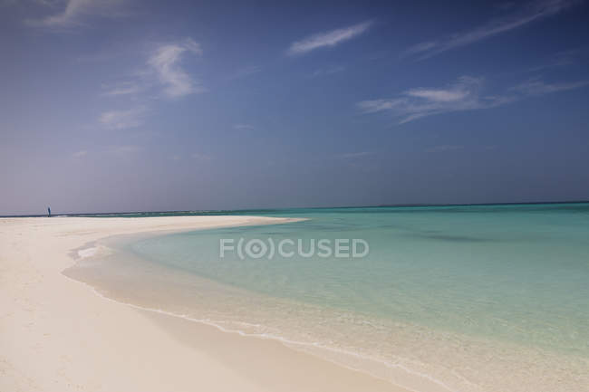 Tranquil blue tropical ocean beach — Stock Photo