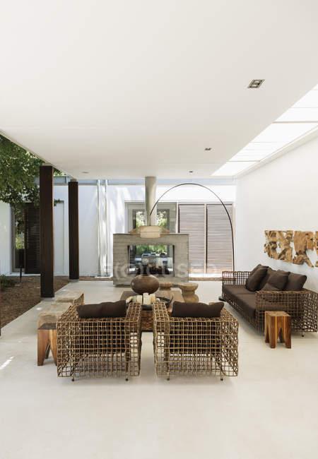 Креслами и камином в современной гостиной — стоковое фото