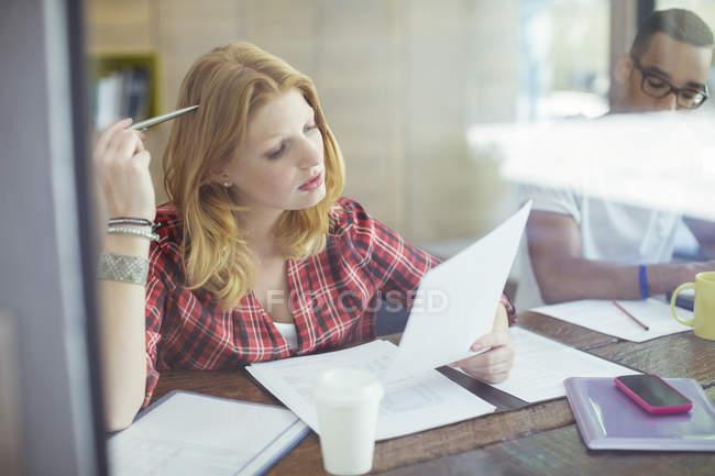 Donna che lavora nel caffè — Foto stock