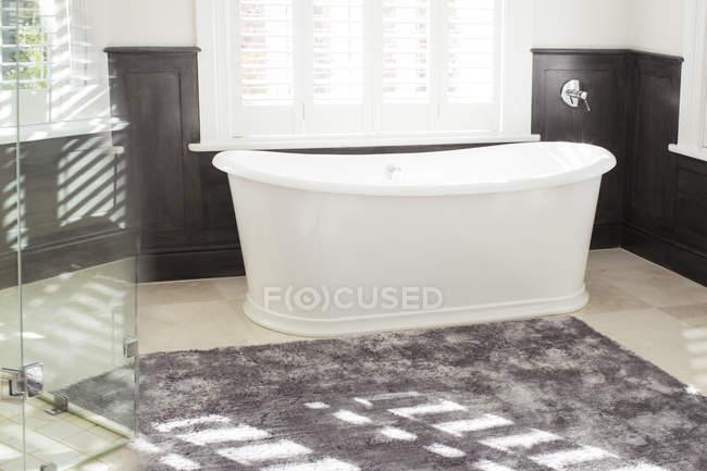 Badewanne in Luxus-Badezimmer — Stockfoto