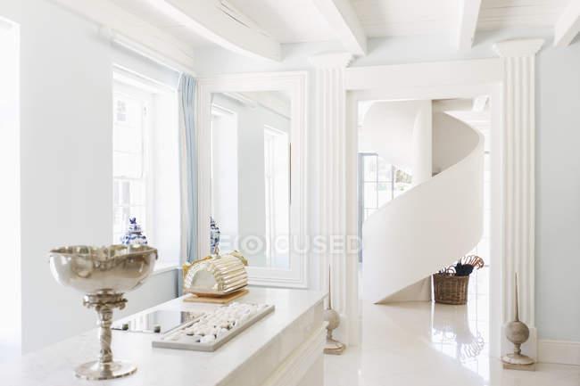 Escadaria em espiral em casa de luxo dentro de casa — Fotografia de Stock