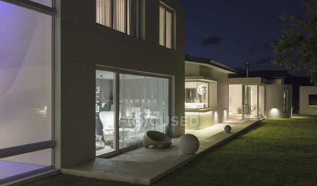 Світлові сучасну розкіш додому Вітрина зовнішніх внутрішній дворик вночі — стокове фото