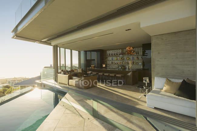 Sonnigen Luxus nach Hause Schaufenster außen Terrasse mit Infinity-pool — Stockfoto