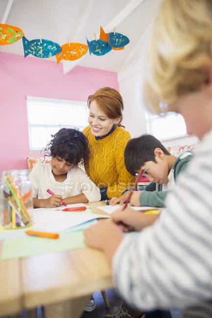Étudiants et professeur de dessin dans la salle de classe — Photo de stock