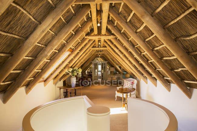 Sonnigen Luxus Dachboden unter Holzdach — Stockfoto
