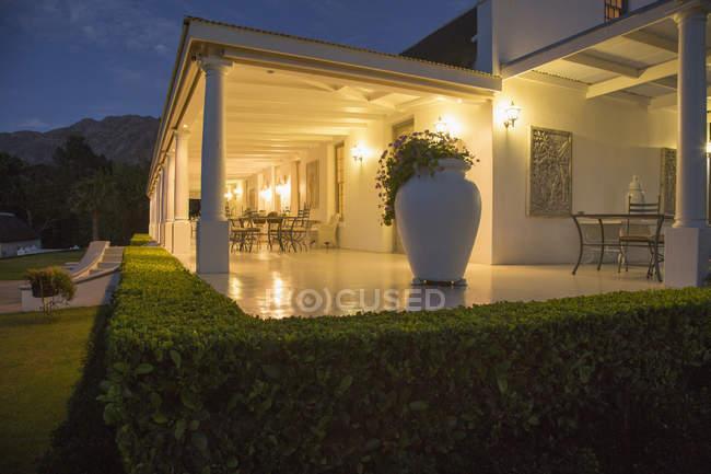 Casa de luxo com varanda iluminada à noite — Fotografia de Stock