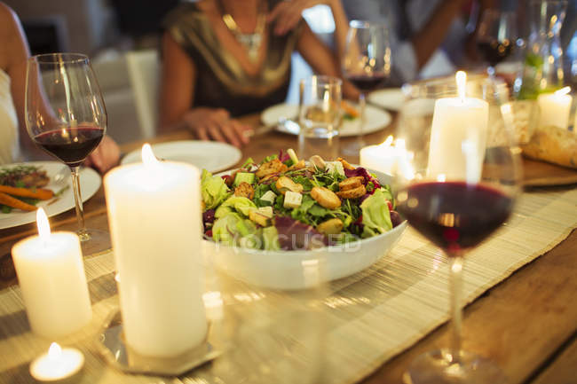 Ensaladera en la mesa en la cena - foto de stock