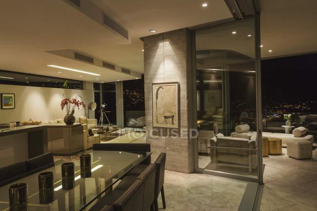 Освещённый современный роскошный интерьер дома — стоковое фото