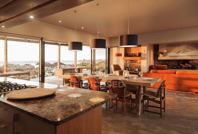 Sonnigen Heimat Schaufenster Innenraum mit Blick auf Meer — Stockfoto