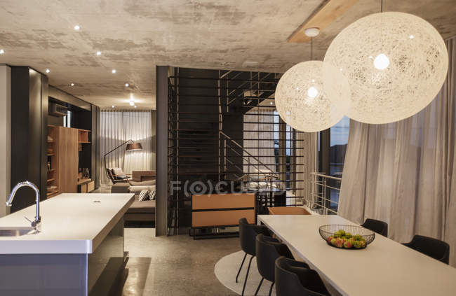 Роскошный интерьер современного дома, столовая — стоковое фото