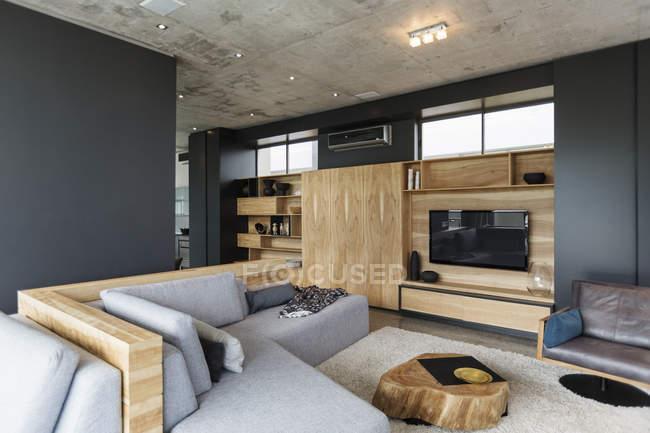Роскошный интерьер современного дома, гостиная — стоковое фото