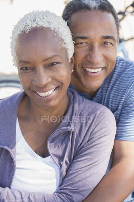 Porträt eines lächelnden Senioren-Paares — Stockfoto